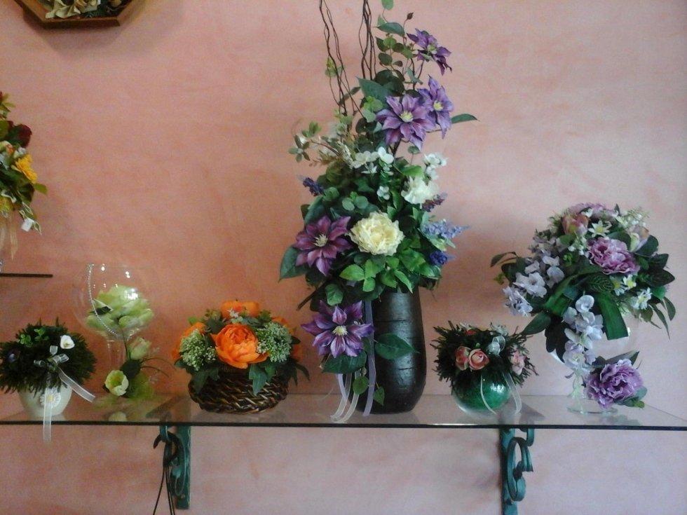 vasi di fiori sul bancone di vetro