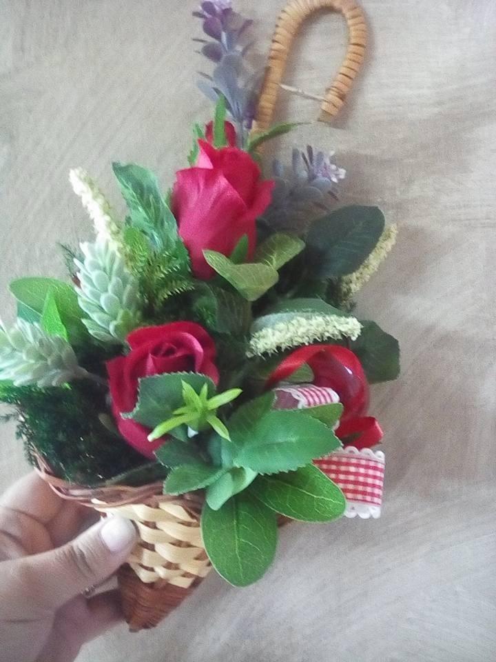 vaso di fiori tiene un mano