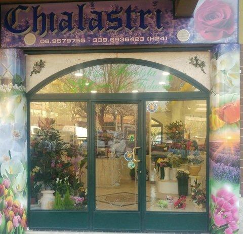 vista frontale di negozio Chialastri con addobbi floreali
