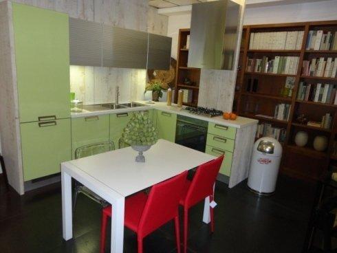 cucina angolare, cucina laminato, frigo a colonna, eletrodomestici ad incasso, tavolo cucina, sedia cucina, cucina moderna, cucine oikos