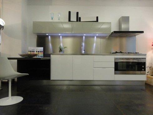 cucina componibile, oikos cucine, frisetti cucine, elettrodomestici da incasso, top in acciaio