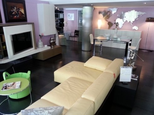 salone moderno, cassina, mex, parete attrezzata, orologio a parete, madia moderna, tavolo cristallo, sedia in cuoio