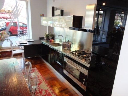 area oikos, cucina componibile, laccato lucido, piano snack, penisola, cucina a misura