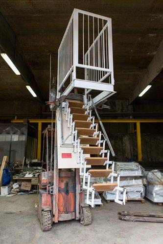 scala retrattile motorizzata in un magazzino