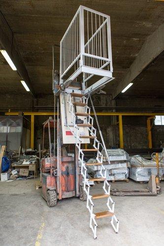 scala retrattile motorizzata all interno di un magazzino