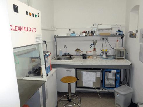 Internamente al laboratorio si fa uso di cappe aspiranti.