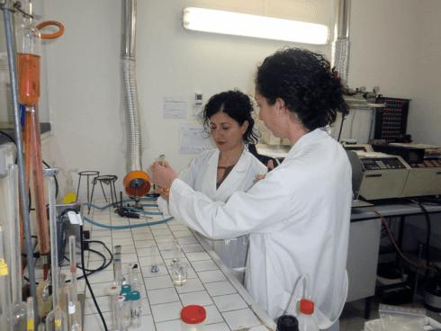 Il personale esperto S.C.P. procede alla valutazione microbiologica di additivi alimentari.