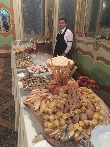 lunga tavolata con buffet