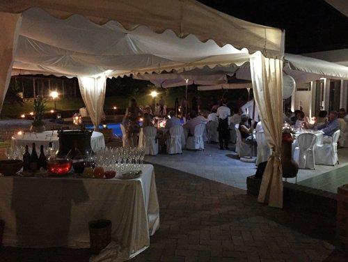 gazebo con tavoli apparecchiati da cerimonia