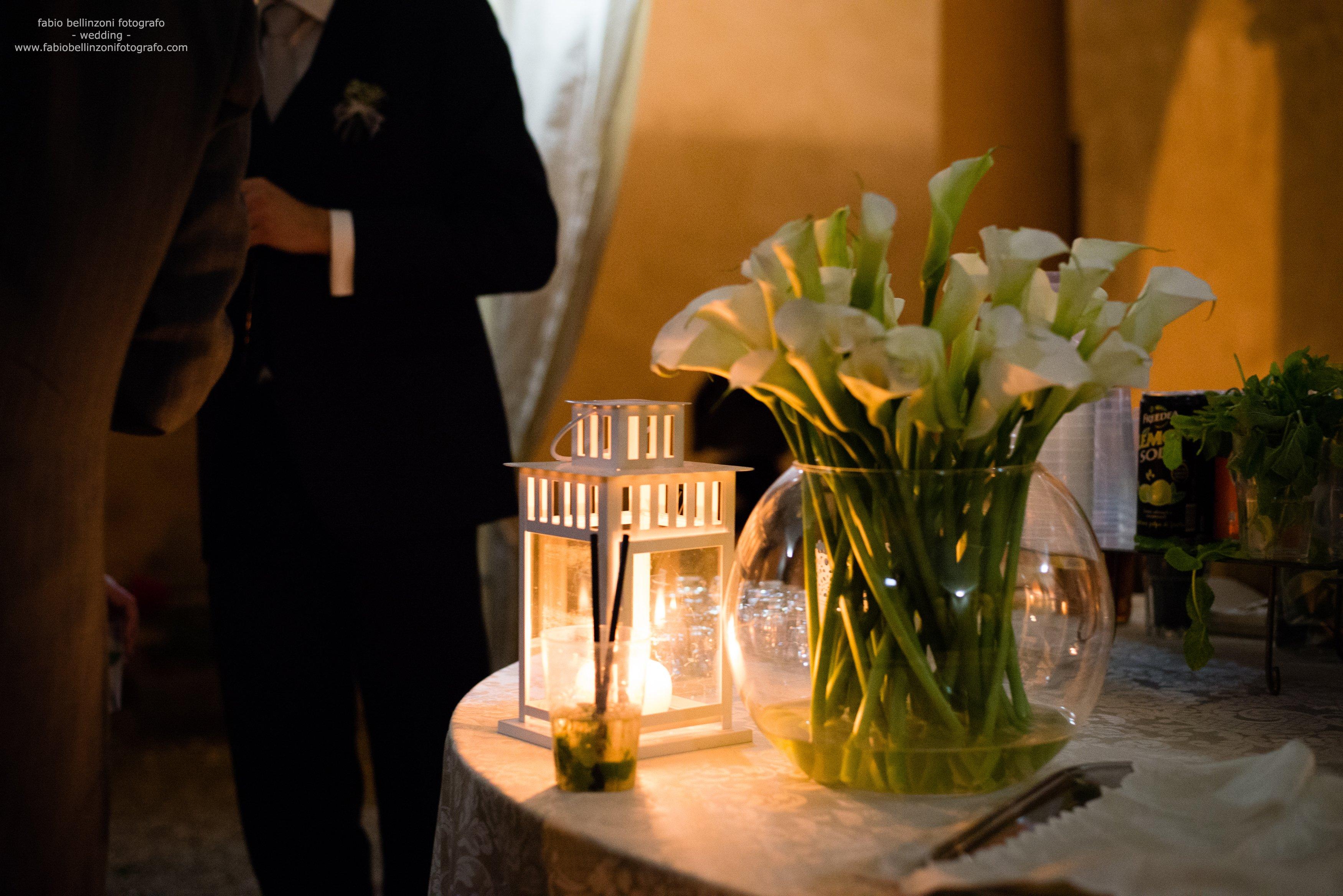 tavolo con vaso di piante e candelabro