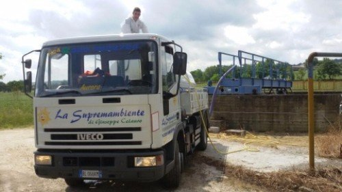 Camion effettuando un servizio di pronto intervento idraulico