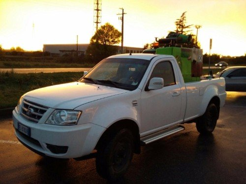 Camionetta di sorveglianza ambientale percorrendo il
