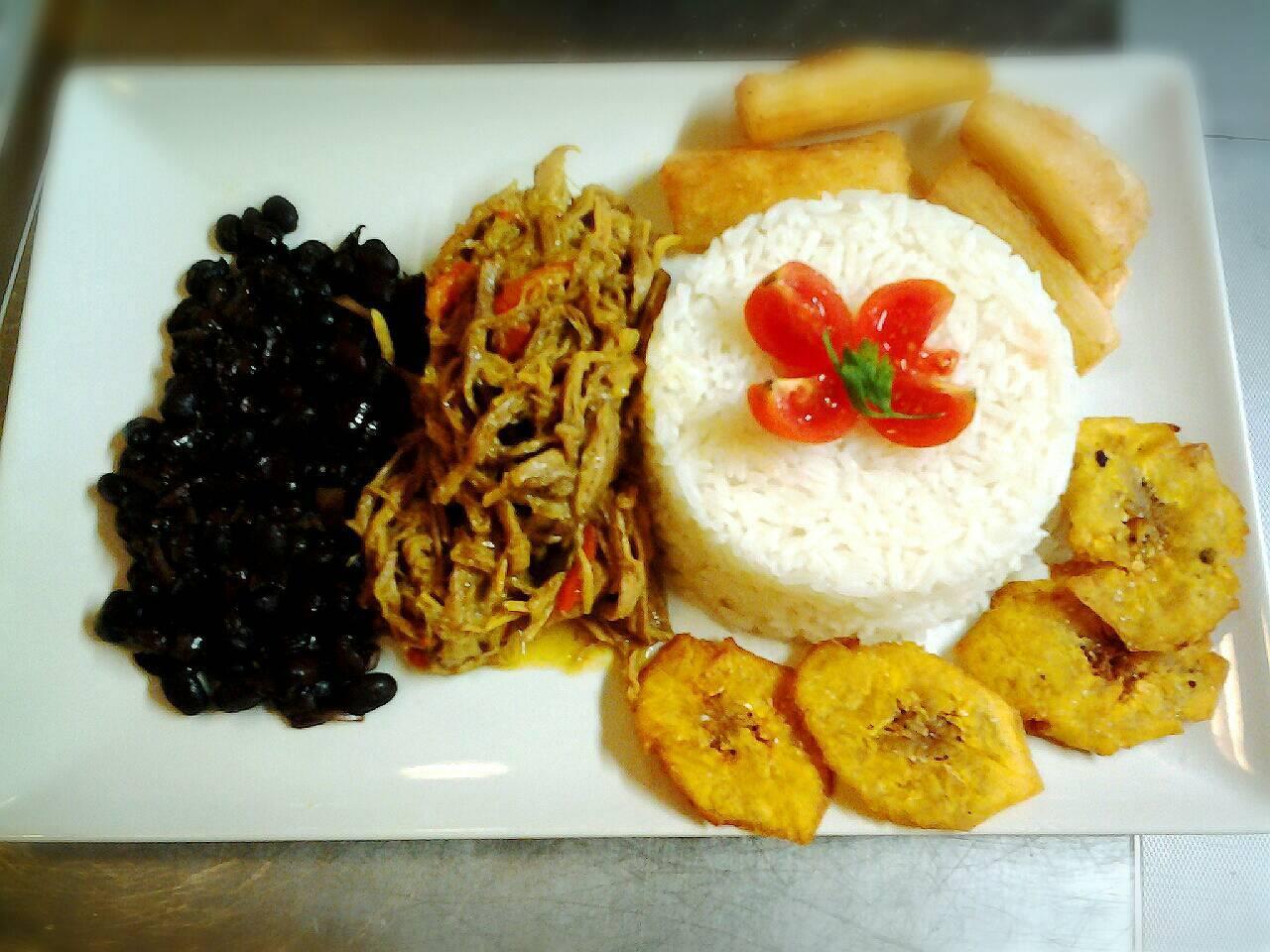 vassoio con riso straccetti di carne, fagioli neri e patate al forno