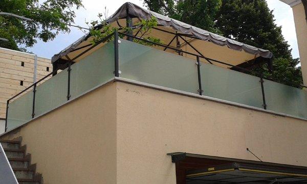 terrazzo con cornicione in vetro