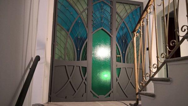 finestra a vetri con decorazioni