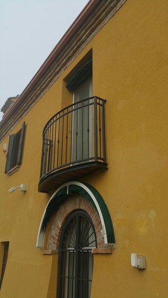 palazzo giallo con terrazzo
