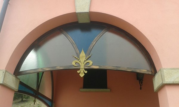 portico con pannello in vetro