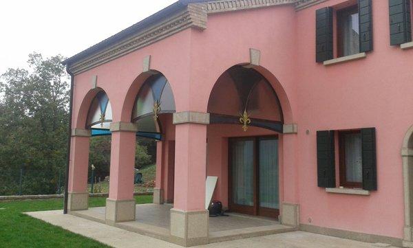 palazzo rosa con portici