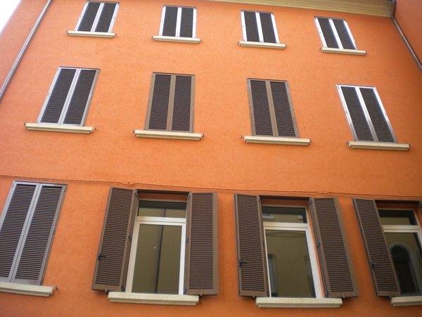 palazzo arancione con finestre