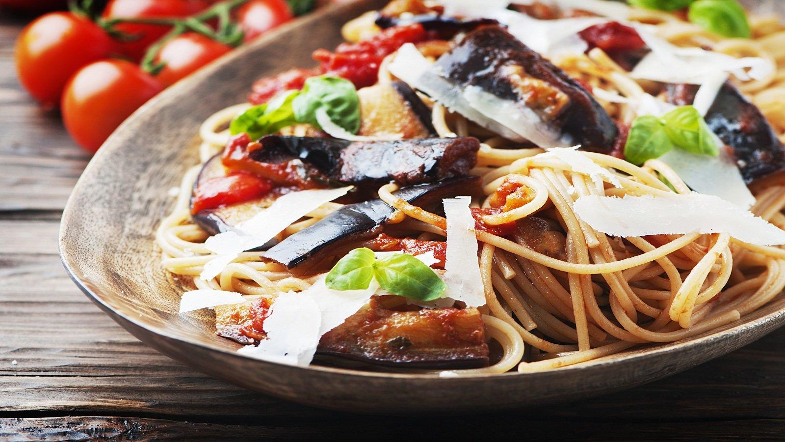 un piatto di spaghetti alla Norma