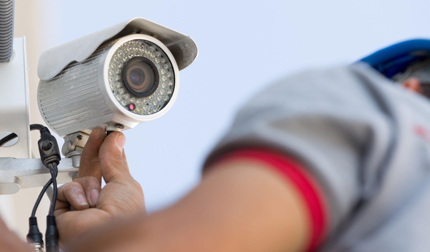 addetto installa impianto di videosorveglianza erredi impianti a Sala Monferrato Alessandria