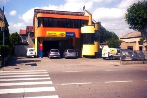 vista dall'esterno dell'officina con delle macchine parcheggiate