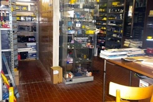 interno di un negozio con delle vetrine e dei prodotti esposti