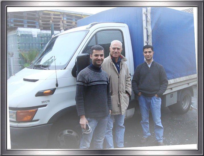 Tre uomini davanti a un camion