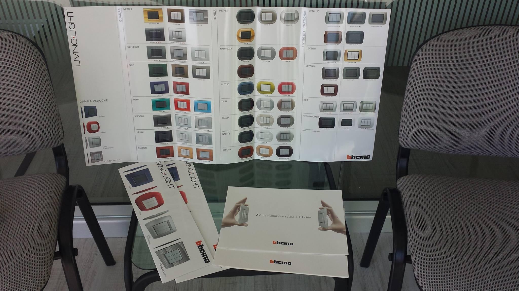 depliant con placca e interruttori di vari tipi e colori