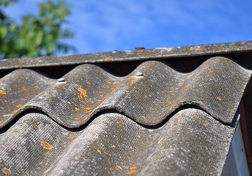 Primo piano delle tegole di un tetto