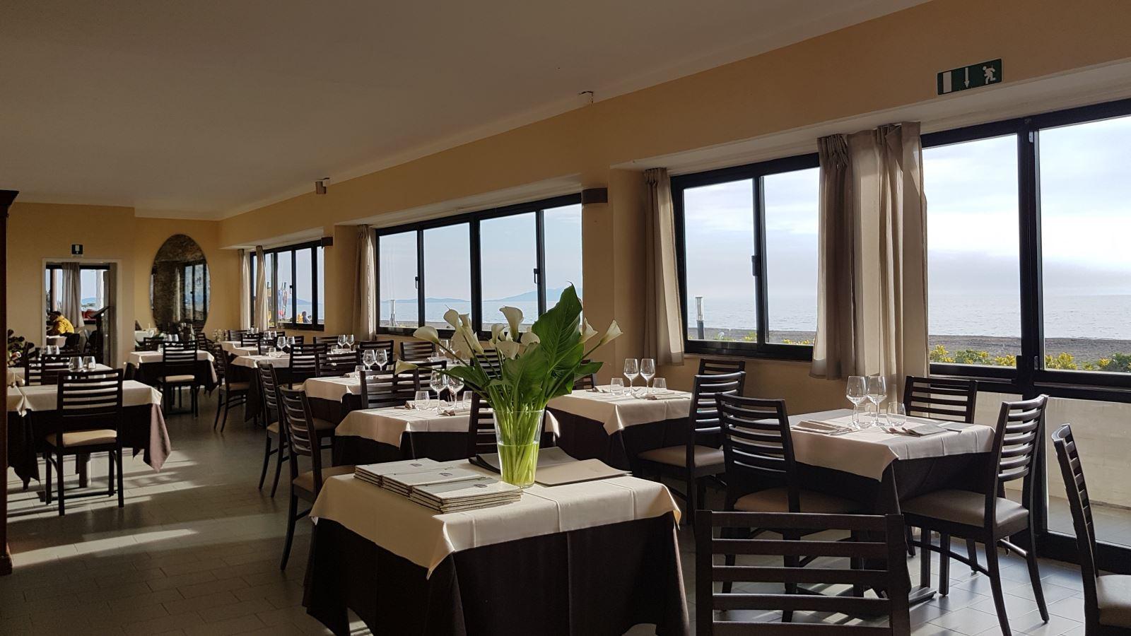tavoli con fiori del ristorante