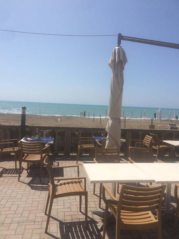 terrazza sulla spiaggia con mare chiaro