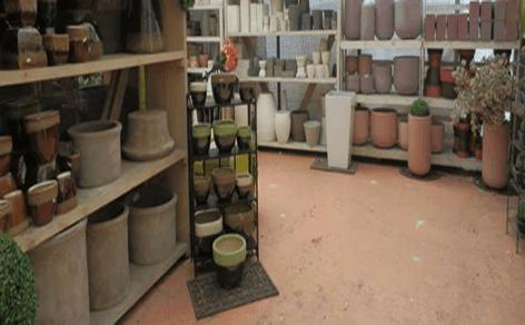 scaffali con articoli per il giardinaggio