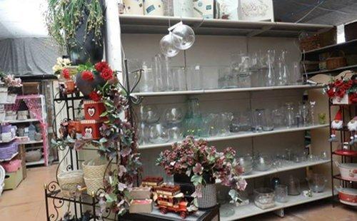 scaffali con oggetti in vetro