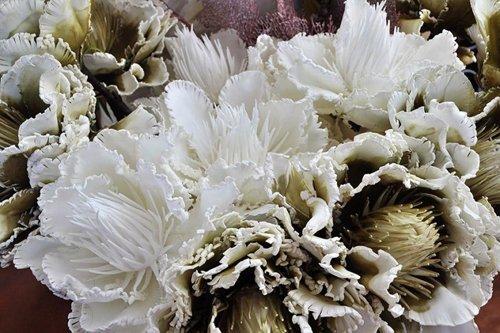 primo piano di una composizione floreale