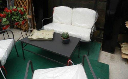 esposizione tavolo con sedie da giardino