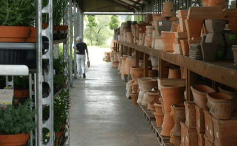 magazzino volta con vasi in terracotta