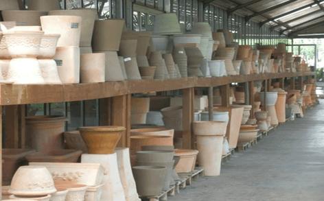 scaffali con vasi di diversa dimensione e forma