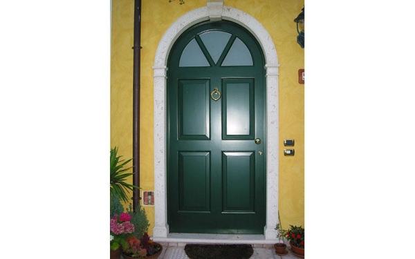 porta con rivestimento laccato