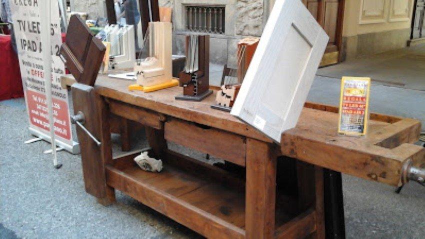bancone di lavoro del legno all'esterno