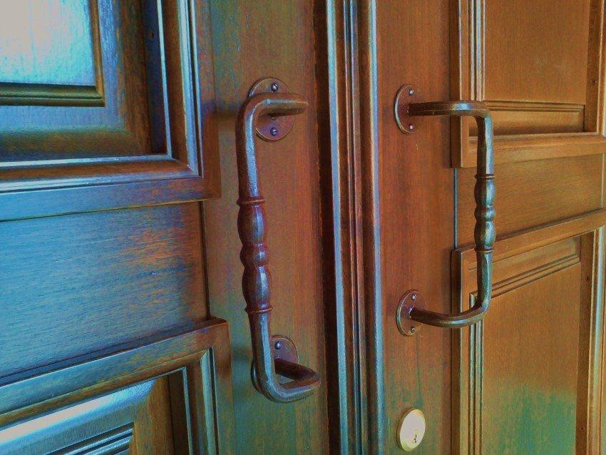 Maniglie di una porta in legno elegante
