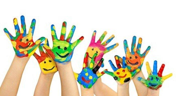 mani di bambini alzate e colorate con tempera