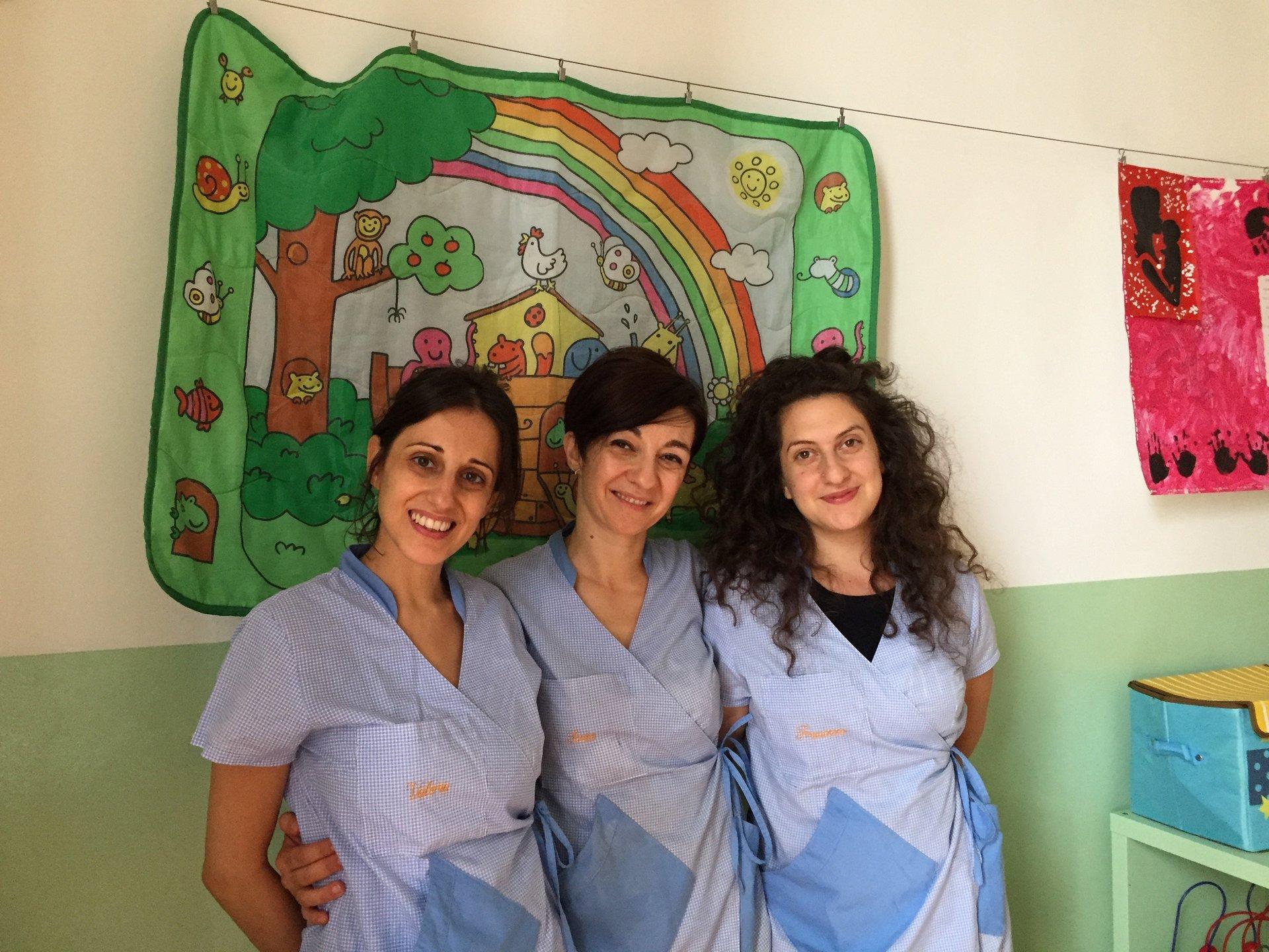 tre ragazze con camice blu