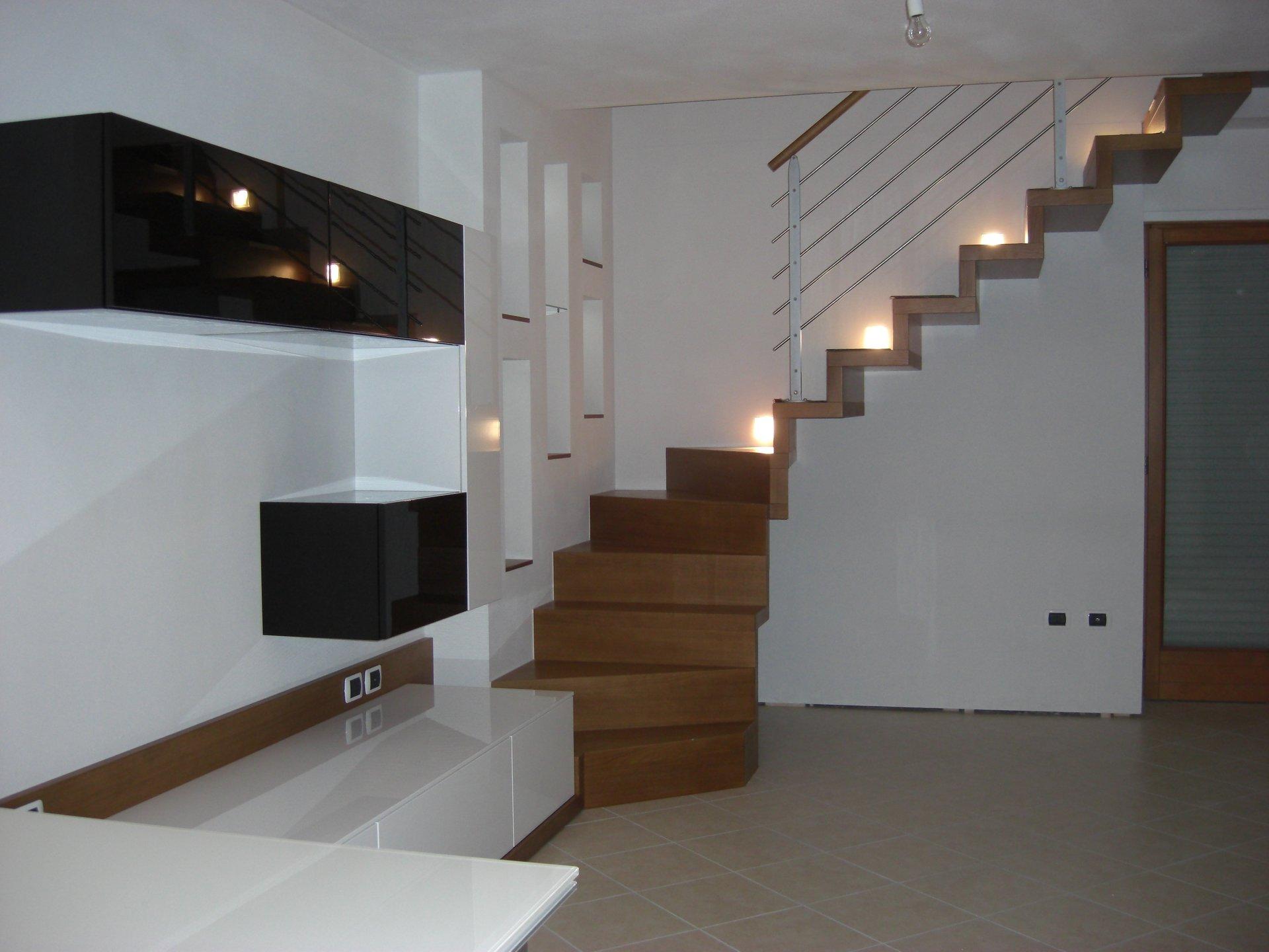 scala in legno e soggiorno