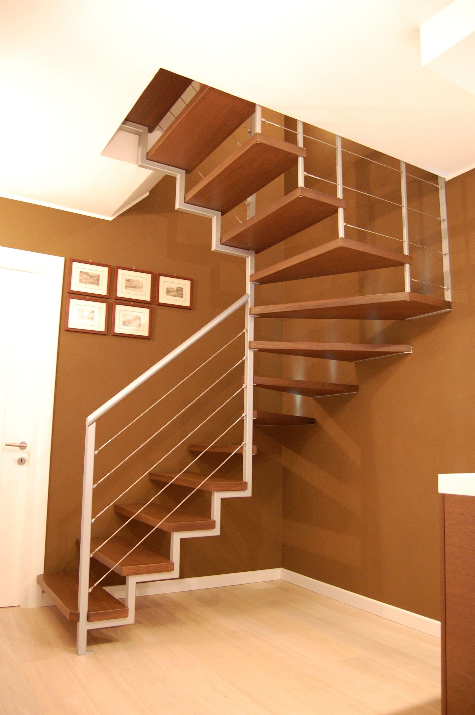 scala in legno chiaro
