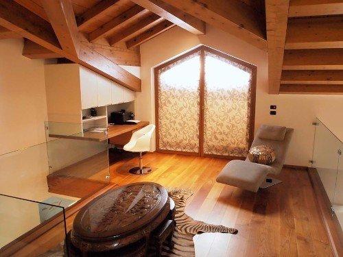 Sala con pavimento in legno
