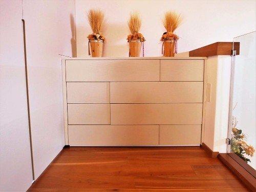 Cassettiera su misura in legno e pavimento in Parquet