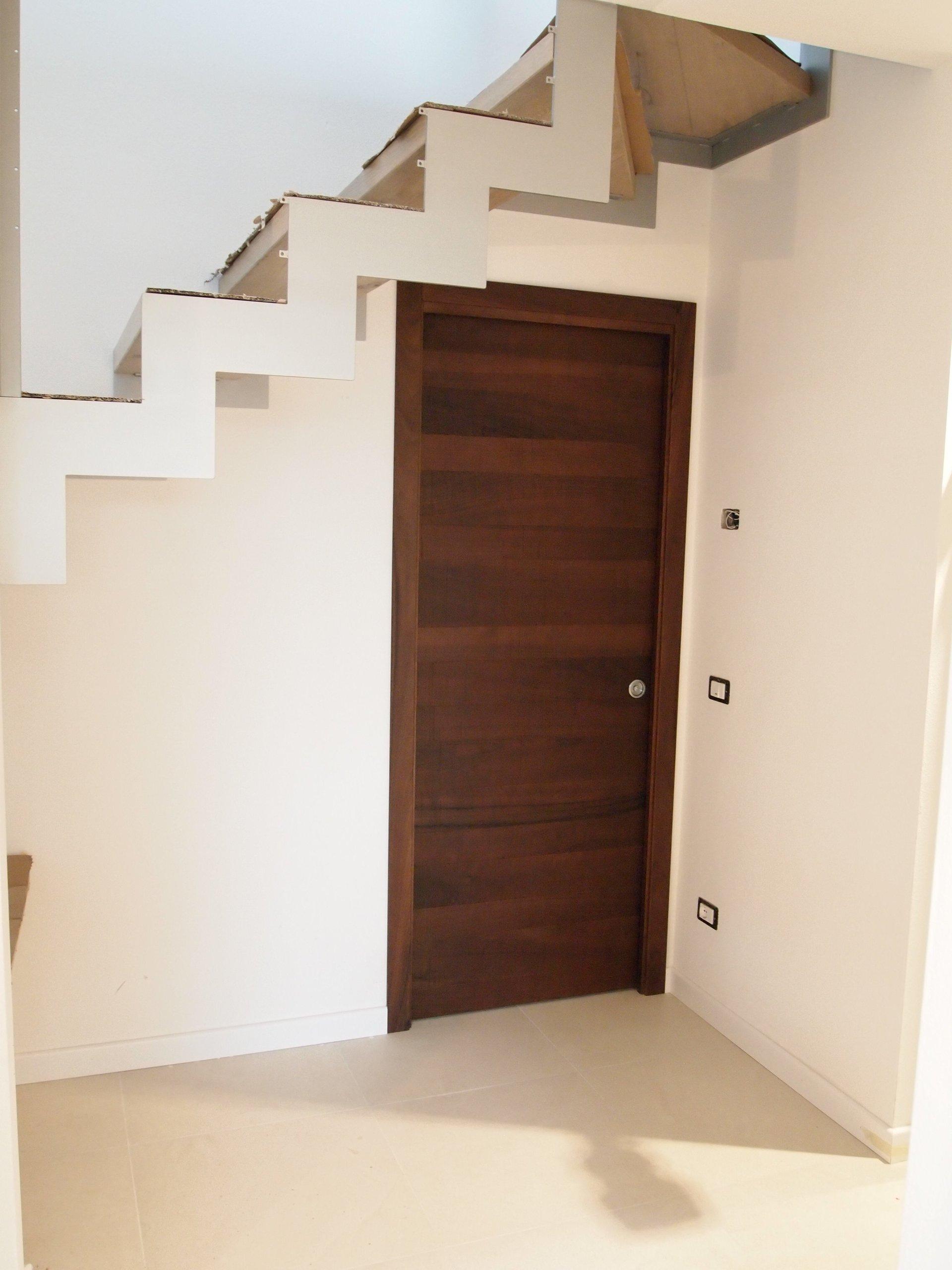 porta in legno scuro e scala bianca