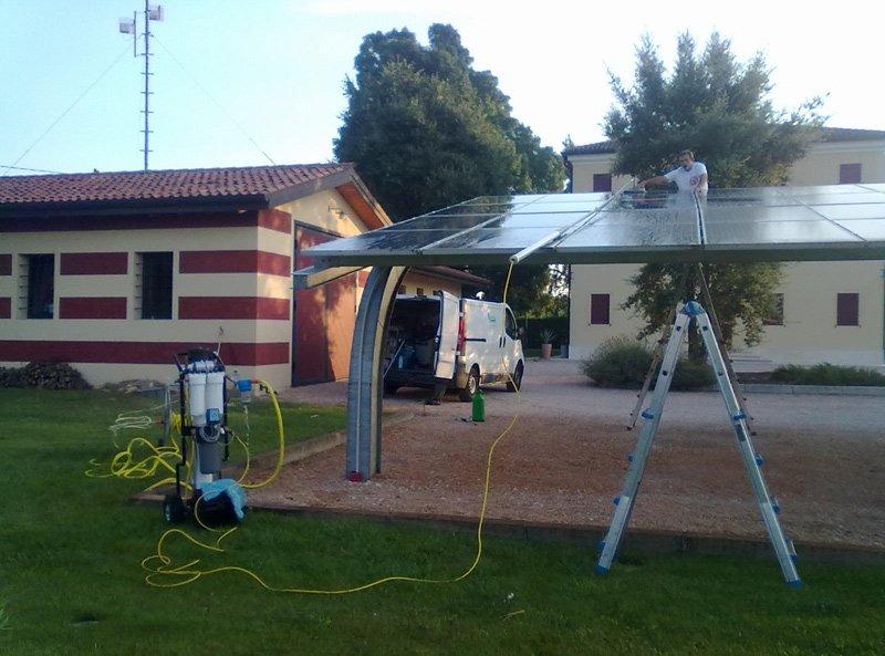 addetto durante un lavoro di montaggio pannelli fotovoltaici