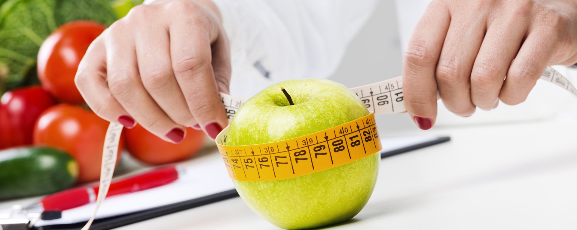 Professional educatiing the customer about the nutrition element